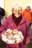 Karneval Masopust Mardi Gras in der Frau der Tschechischen Republik mit Kuchen Lizenzfreies Stockfoto
