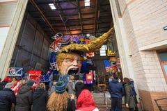Karneval mit Donald Trump-Karikatur auf allegorischem Warenkorb in Viare stockbilder