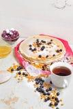 Karnevalberöm, läcker pannkakanärbild, med ett ny blåbär och havsbuckthorn, körsbärhonung Royaltyfri Foto