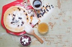 Karnevalberöm, läcker pannkakanärbild, med ett ny blåbär och havsbuckthorn, körsbärhonung Arkivfoton