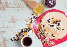 Karnevalberöm, läcker pannkakanärbild, med ett ny blåbär och havsbuckthorn, körsbärhonung Royaltyfri Fotografi