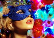 Karnevalbild av en kvinna som bär maskeringen Arkivbilder