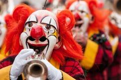 Karnevalclowner som spelar trumpeten Royaltyfri Bild