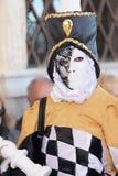 Karnevaldräkt som ett biskopstycke av schack på karnevalet av Venedig Arkivbild