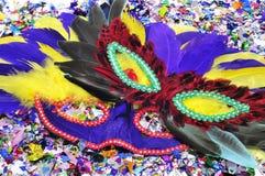 Karnevalet maskerar och konfettiar Arkivfoton