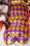 karnevalet maskerar venetian Partimaskeringar på en tabell Arkivbild