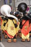 Karnevalet ståtar i Mannheim, Tyskland, två tubaspelare bakifrån Arkivbilder