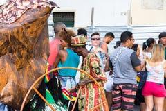 Karnevalhattförsäljare på gatorna i Salvador Bahia på karneval arkivbilder