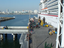 Karnevalkryssningskeppet laddas upp med bagage för kommande tur Royaltyfri Fotografi