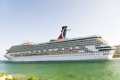 Karnevalkryssningslinjen, kryssningskepp lämnar hamnen Royaltyfri Foto