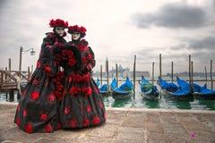 karnevalmarcoen maskerar san två venice Fotografering för Bildbyråer