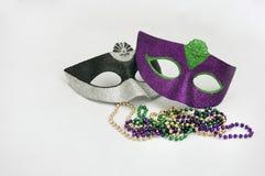Karnevalmaske und -halsketten stockbild