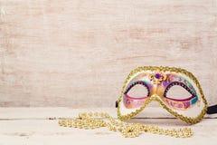 Karnevalmaske und -perlen für Partei Lizenzfreie Stockbilder