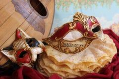 Karnevalmaskering och en mandolin Arkivfoton