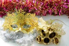 Karnevalmaskering och guld- klockor Royaltyfri Foto