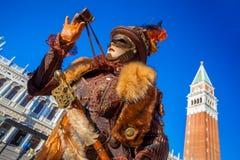 Karnevalmaskering på den San Marco fyrkanten i Venedig, Italien Arkivbild