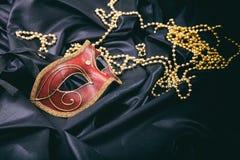 Karnevalmaskering som isoleras på svart satängbakgrund royaltyfria foton