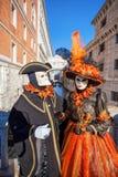 Karnevalmaskeringar mot den berömda bron av Sighs i Venedig, Italien Royaltyfri Foto