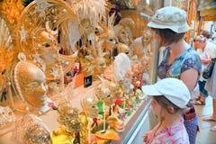 karnevalmaskeringar shoppar det venetian venice fönstret royaltyfria foton