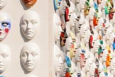 Karnevalmaskeringar som hänger på väggbrädelögn Royaltyfria Foton