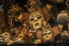 Karnevalmaskeringen shoppar Venedig Italien Arkivbild