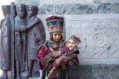 Karnevalmasquen med rich klär likna en farao, eller en konung poserar på den Venedig karnevalet Arkivbild