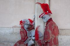 Karnevalparet med richklänningen poserar på den Venedig karnevalet Arkivfoton