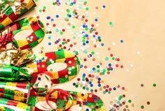 Karnevalpartimaskering, konfettier och banderollgarnering Arkivfoton