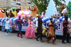 Karnevalprocession i en stadsdag. Tyumen Ryssland. Royaltyfria Foton