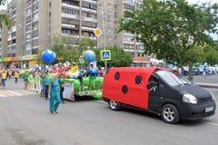 Karnevalprocession i en stadsdag. Tyumen Ryssland. Royaltyfri Foto