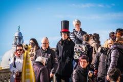 Karnevalrumlare blandar med folkmassor på den Venedig karnevalet Arkivbilder