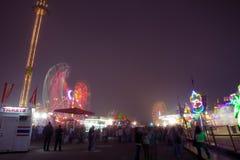 Karnevals-Fahrten und Spiele nachts Lizenzfreies Stockbild