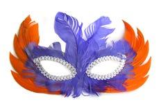 Karnevals-Schablone mit den orange und purpurroten Federn Stockfoto