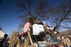 Karnevalsauto mit Masker beim 'Busojaras', der Karneval des Begräbnisses des Winters Lizenzfreie Stockbilder
