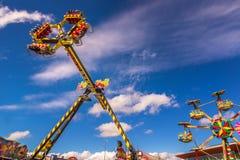 Karnevalsfahrten gegen blaue Himmel Lizenzfreie Stockfotos