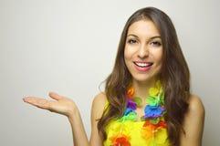 Karnevalskonzept Schöne nette junge Frau bereit zur Karnevalspartei, die Ihr Produkt oder Text auf grauem Hintergrund zeigt stockfotografie