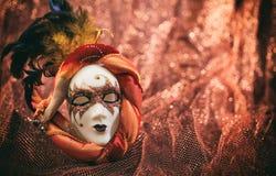 Karnevalsmaske auf braunem Unschärfehintergrund Lizenzfreie Stockfotos