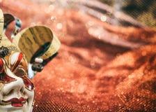 Karnevalsmaske auf braunem Unschärfehintergrund Stockbilder