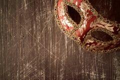 Karnevalsmaske auf dem hölzernen Hintergrund Lizenzfreie Stockfotografie