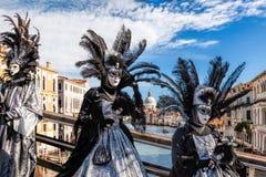 Karnevalsmasken auf Brücke gegen Grand Canal in Venedig, Italien stockfotografie