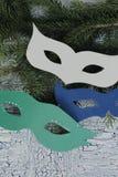 Karnevalsmasken auf hölzernem Hintergrund mit Sprüngen Lizenzfreie Stockfotografie