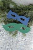 Karnevalsmasken auf Weihnachtsbaum Stockfotos