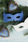 Karnevalsmasken auf Weihnachtsbaum Stockfotografie