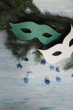 Karnevalsmasken auf Weihnachtsbaum Stockbild