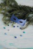 Karnevalsmasken auf Weihnachtsbaum Stockfoto