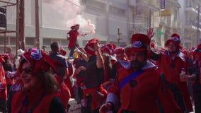 Karnevalsparadeteilnehmer, die in Kostüme in Xanthi, Griechenland marschieren stock video