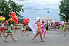 Karnevalsprozession an einem Stadt-Tag. Tyumen, Russland. Lizenzfreie Stockfotos