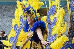 Karnevalsschablonenfrau mit farbigem Gefieder San Remo Lizenzfreies Stockfoto
