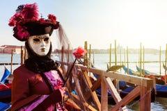 Karnevalsteilnehmer kleidete im traditionellen Kostüm in Venedig an Lizenzfreies Stockbild