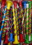 Karnevaltillbehör och garneringar i en påse Färgrika visslingar stänger sig upp arkivbilder
